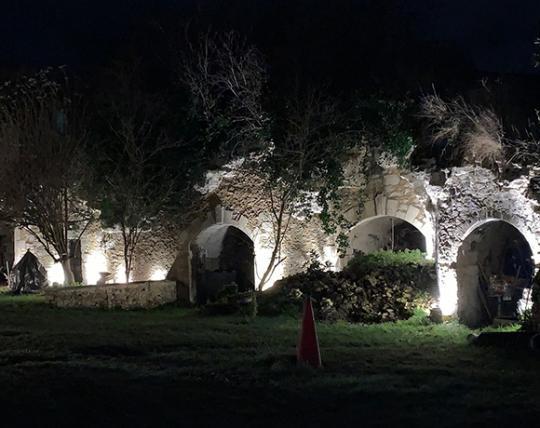 Éclairage d'une cour de troglodyte en Anjou